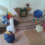 Bunte Schirme im Altarraum...